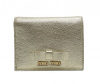 MIU MIU(ミュウミュウ)の古着「2つ折り財布」|ゴールド