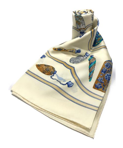 HERMES(エルメス)HERMES (エルメス) カレ90 香水瓶  シルクスカーフ ベージュ サイズ:90㎝ シルク100% Pourvu Qu On Ait Livresの古着・服飾アイテム